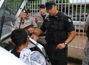 Policial do Batalhão de Operações Especiais (Bope) questiona o rapaz se existem outras bombas em sua residência | Foto: Valdemy Teixeira