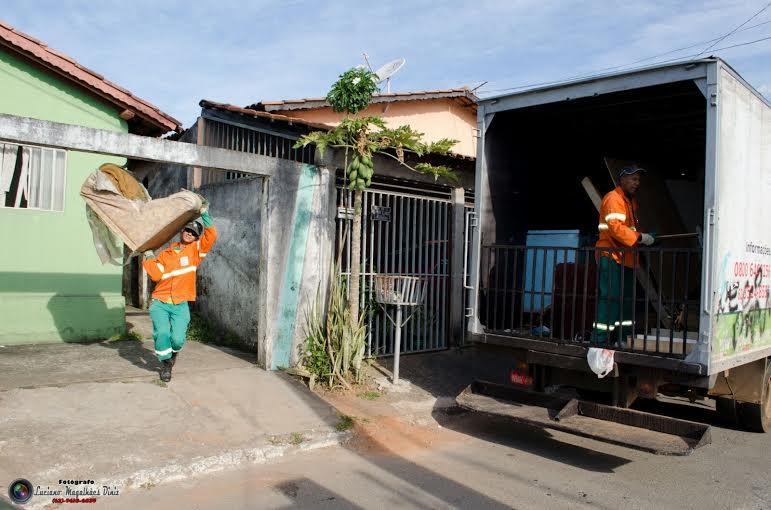 Cata treco recolhe camas, colchões, geladeiras e todos o tipos de móveis / Foto: Luciano Magalhães