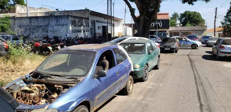 Quantidade de carros que se acumulam na delegacia é tão grande que, estacionados em fila, dão a volta na esquina do distrito | Foto: Folha Z