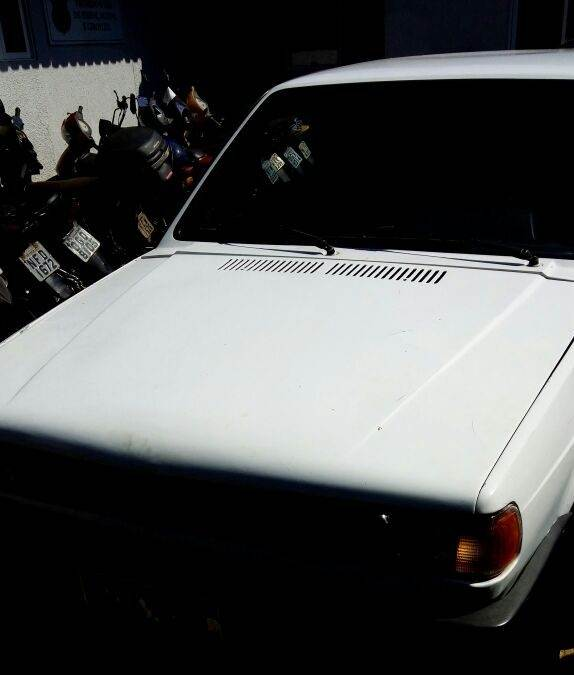 """VW Gol branco usado no crime, modelo da década de 1990 conhecido como """"Gol quadrado""""   Foto: Divulgação / PMGO"""