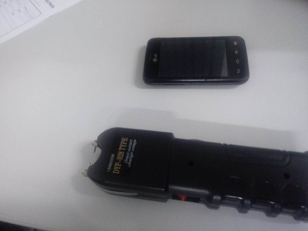 Arma de choque foi apreendida com os suspeitos | Foto: Divulgação / PM