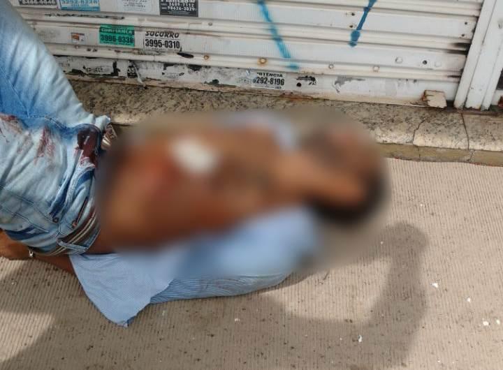 Após ser baleado, assaltante foi localizado escondidoatrás de uma caminhoneteno cruzamento da Avenida T-8 com a Mutirão, ainda no Setor Bueno | Foto: Divulgação / PMGO