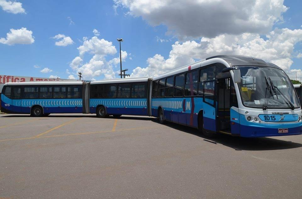 Três ônibus do Eixo Anhanguera foram apedrejados em Goiânia nesta sexta-feira   Foto: Reprodução