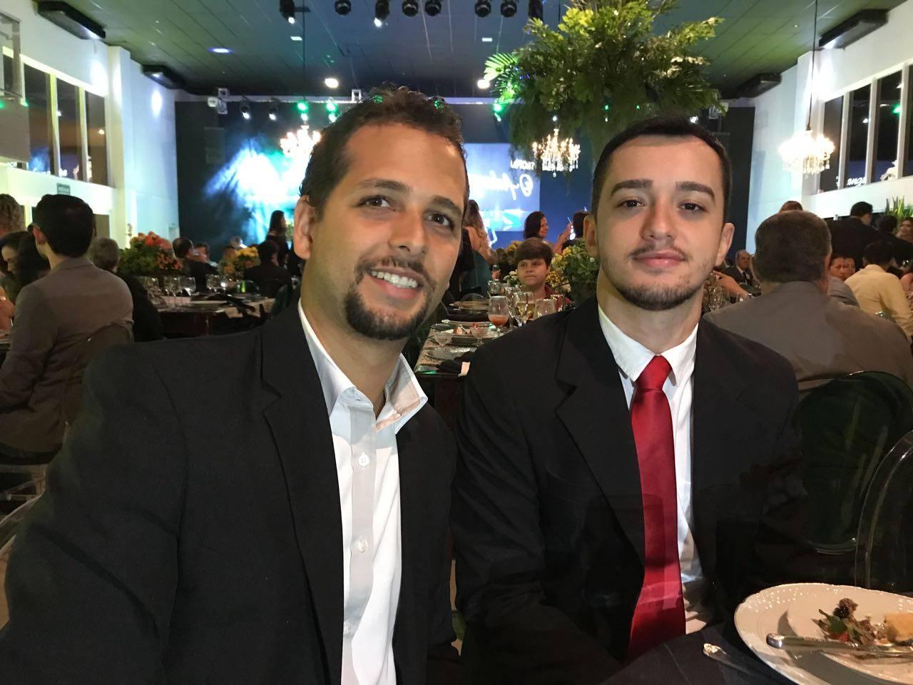 Editor Guilherme Coelho e jornalista Thiago Araújo na cerimônia do Prêmio CDL Goiânia de Jornalismo | Foto: Folha Z