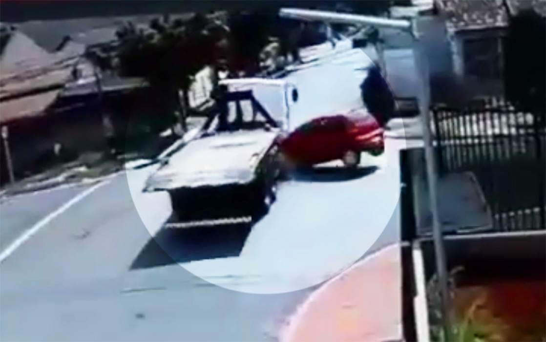 Assaltantes em fuga batem em caminhão da prefeitura e provocam incêndio na Vila Nova | Foto: Reprodução