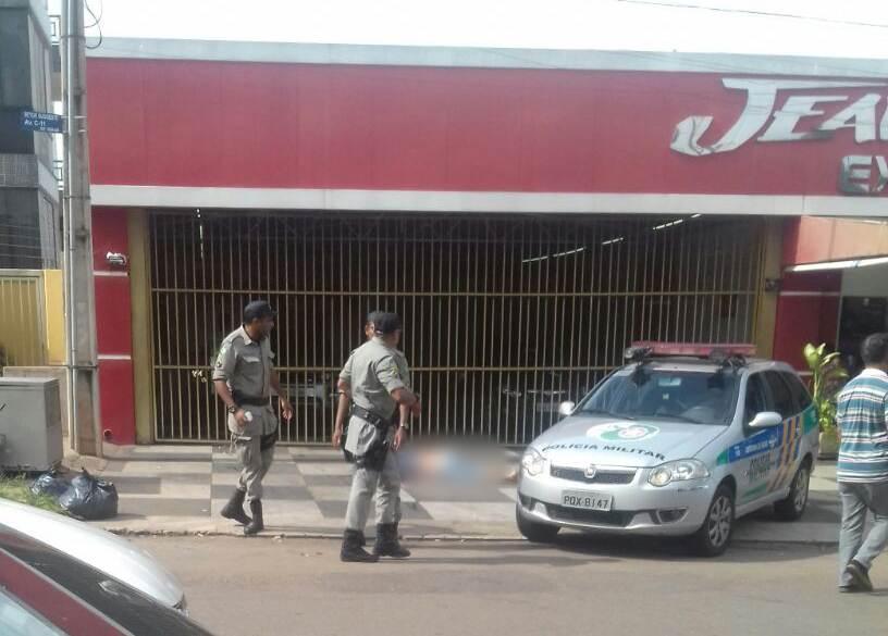 Homem é morto com mais de 15 tiros em frente a lava-jato no Sudoeste, em Goiânia   Foto: Leitor / WhatsApp