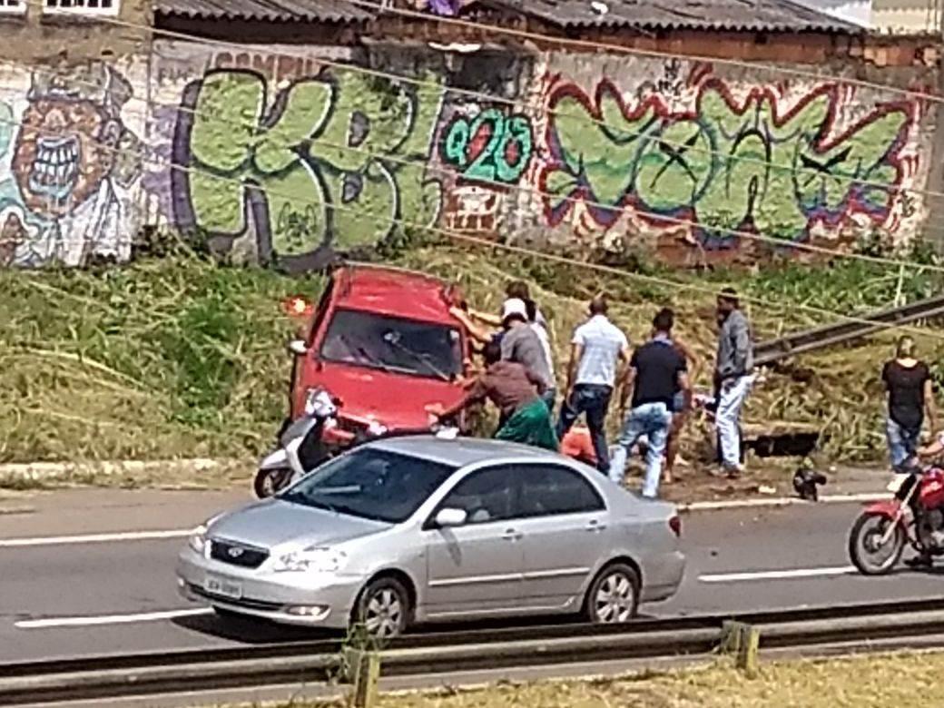Motoristas que presenciaram e passavam pelo local do acidente, na Marginal Botafogo, ajudaram a retirar o carro de cima de uma das vítimas   Roosevelt De Sousa
