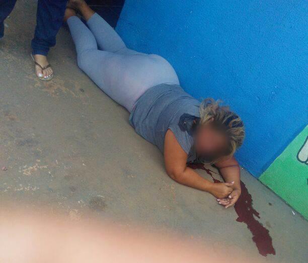 Mulher foi baleada em frente à escola do neto em Aparecida de Goiânia durante tentativa de assalto | Foto: Leitor / WhatsApp