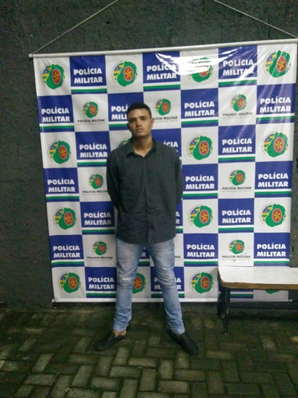 Wallace Pereira dos Santos foi preso pela PM tendo em sua posse 13 aparelhos celulares das marcas Motorola, LG e iPhone   Foto: Divulgação/ PM