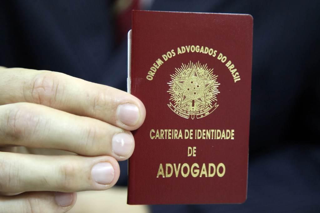 Advogado exibe a Carteira da Ordem(OAB) | Foto: José Luis da Conceição/ OABSP