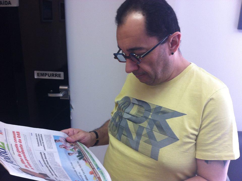 Jorge Kajuru lê o Folha Z em foto tirada em 2014 | Foto: Arquivo