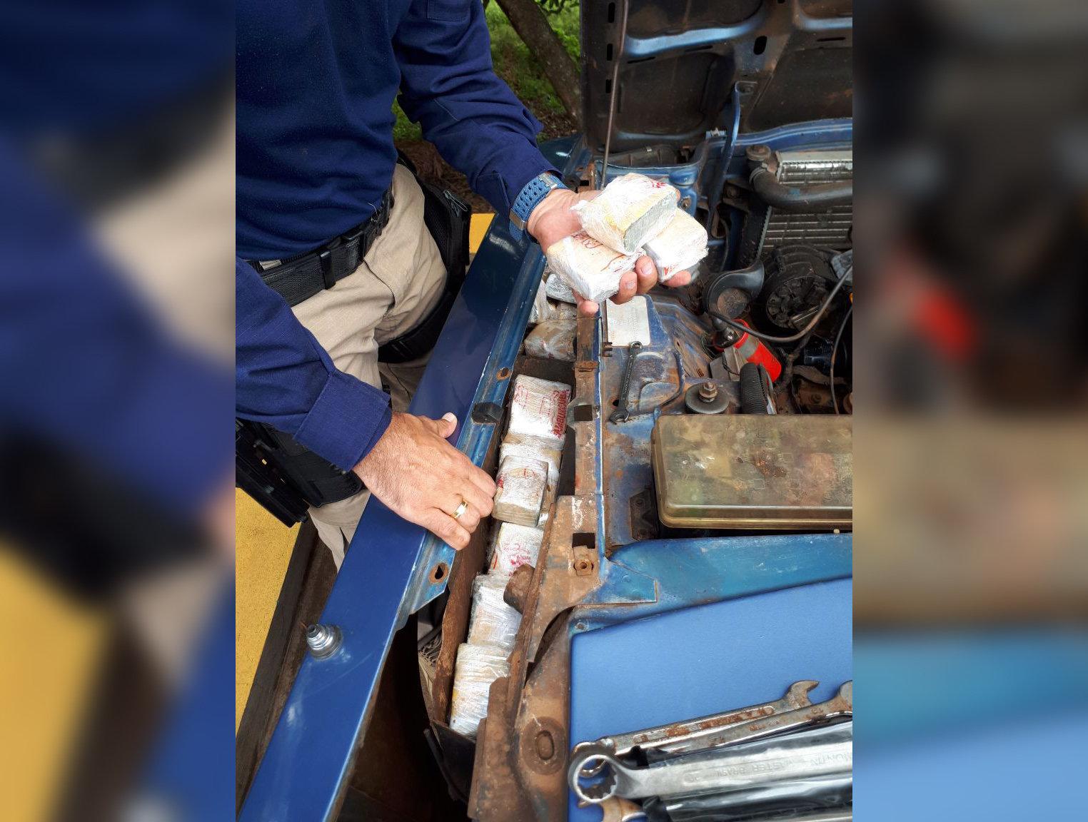 Com droga no para-lama, casal é preso traficando do Paraguai para Goiânia | Foto: Divulgação/ PRF