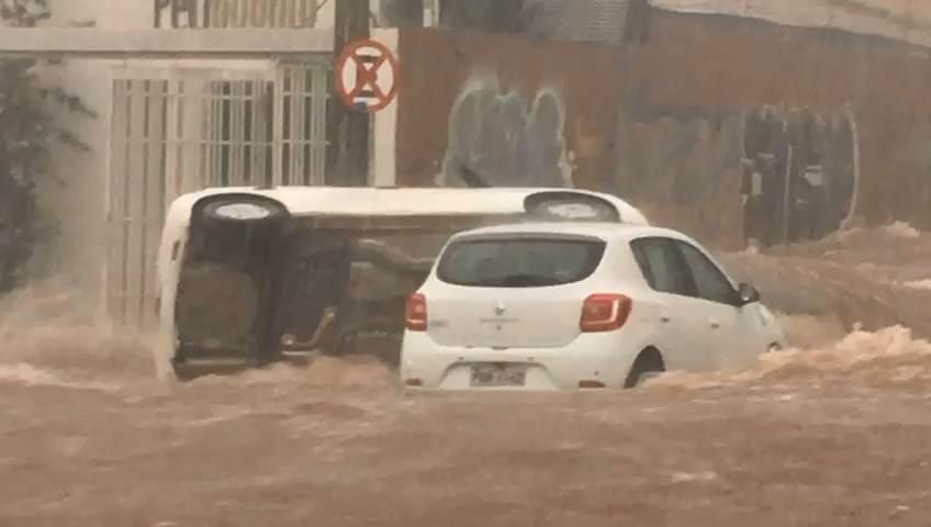 Vídeo mostra capotamento de carro na Av. 85 após temporal | Foto: Thuanny Pires
