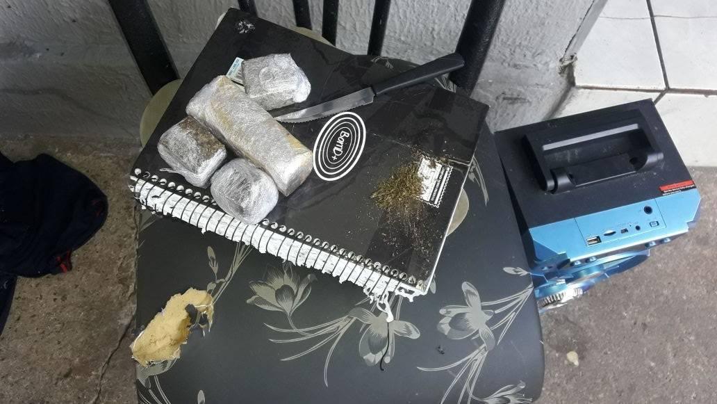 Porções de droga foram encontradas na residência, alugada por um dos suspeitos | Foto: Divulgação/ PM