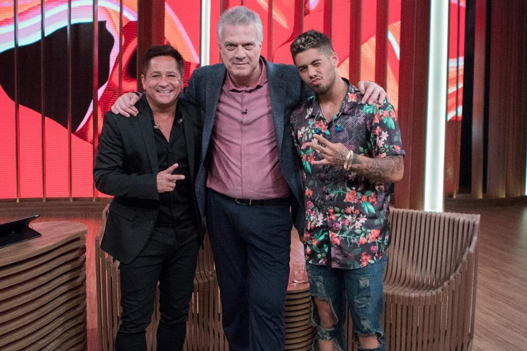 O cantor Leonardo e seu filho Zé Felipe posam para foto com Pedro Bial após entrevista   Foto: Reprodução