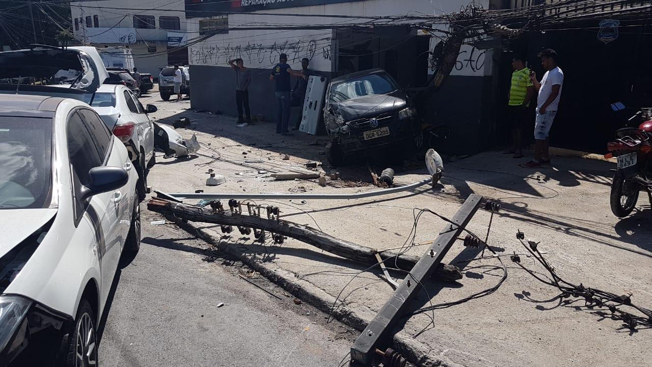 Outros três veículos estacionados também foram destruídos | Foto: Guilherme Coelho/Folha Z