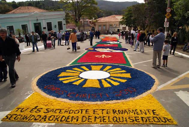 Cidade de Pirenóplis fica banhada por tapetes coloridos durante o feriado de Corpus Christi, no dia 31 de maio   Foto: Reprodução