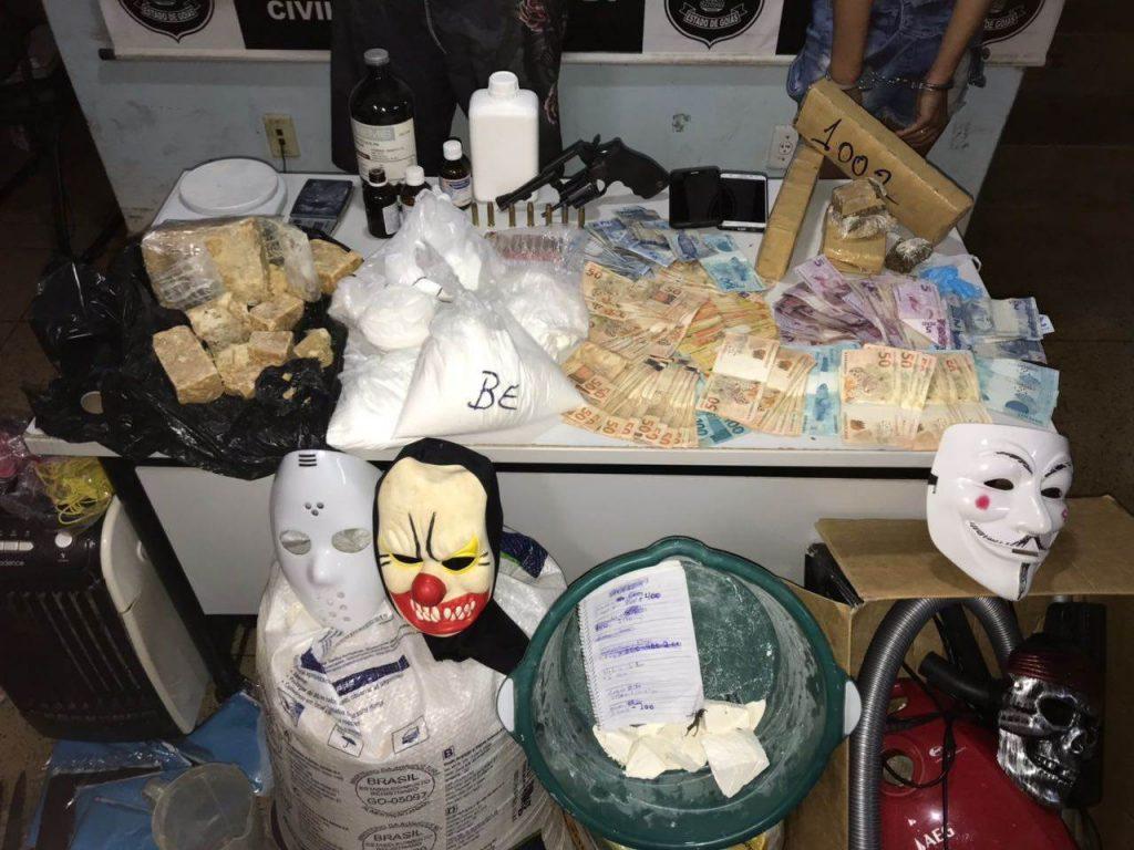 Materiais encontrados na residência do investigado, que tentou subornar policiais e foi preso em flagrante   Foto: Divulgação