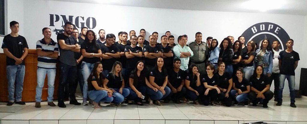 Alunos do 1º e 3º período do curso de Gestão em Segurança Pública da Faculdade Alfredo Nassar posam para foto junto à equipe do batalhão e professores   Foto: Reprodução