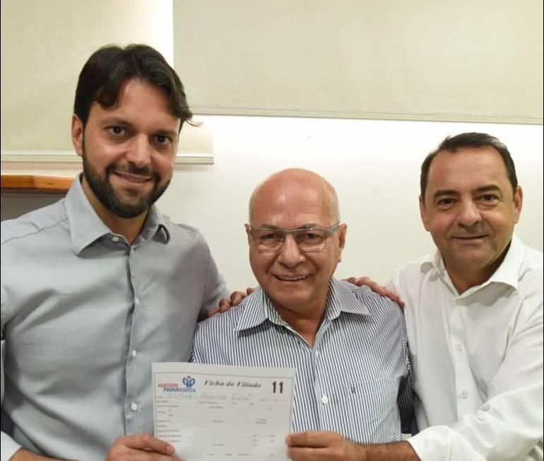Adriano Avelar é assessor do ministro Alexandre Baldy. Na foto, Baldy, Alcides e Adriano na filiação do Professor ao PP | Foto: Divulgação