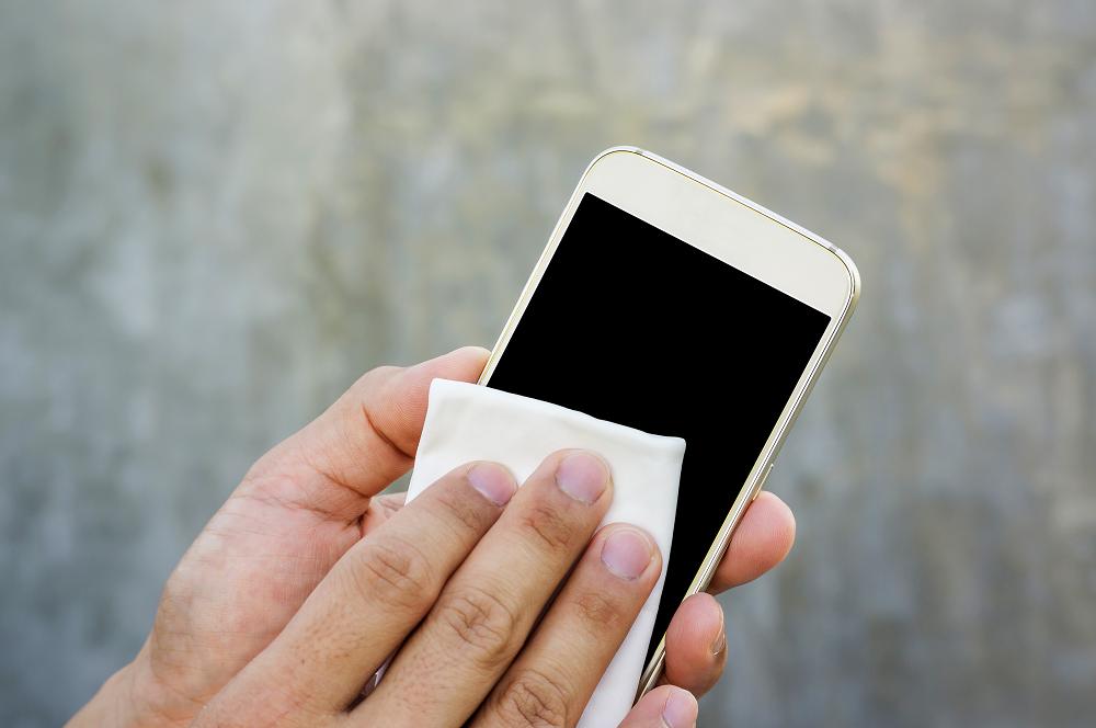 Dica é higienizar o celular com frequência | Foto: Reprodução