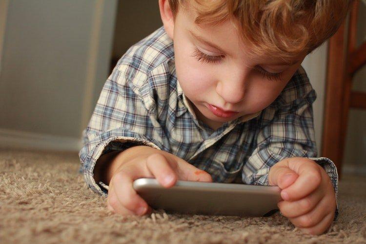 Crianças estão expostas a grandes riscos quando manipulam aparelhos celulares | Foto: Unsplashed