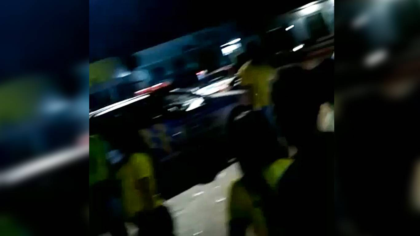 Vídeo mostra jovem dirigindo viatura da PM durante confusão em Guapó | Foto: Leitor/Whatsapp