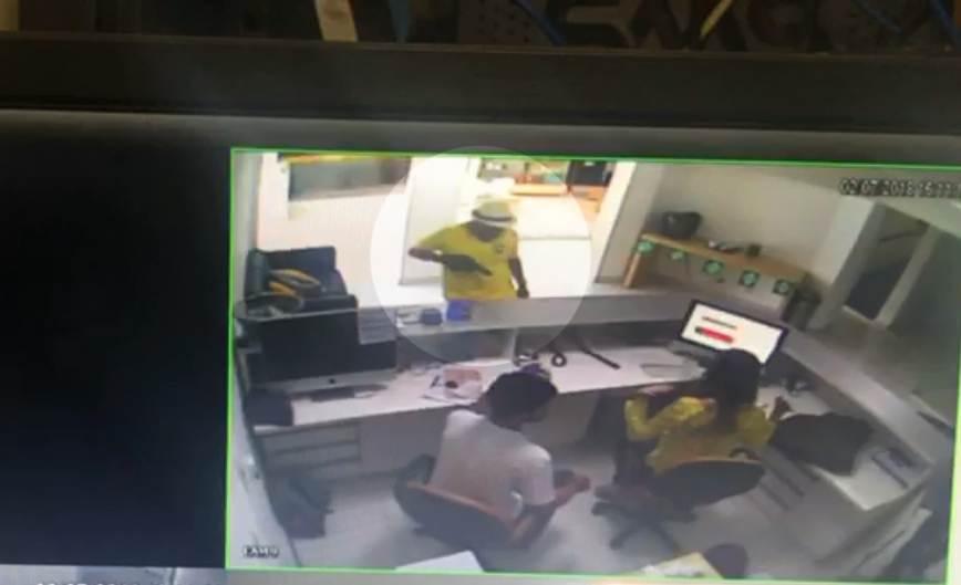 Vestido com camisa da seleção, homem assalta loja em Goiânia após jogo | Foto: Reprodução