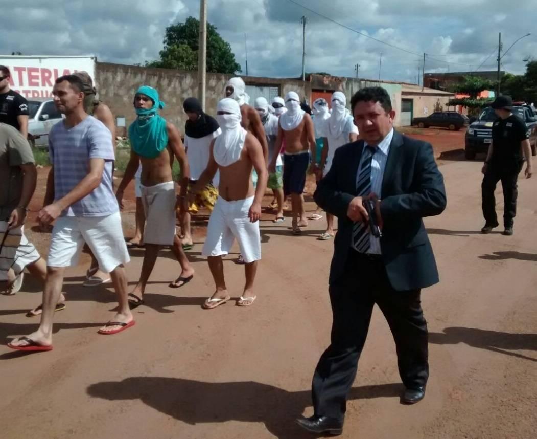 Delegado Cristiomário (PSL) em caminhada durante transferência presos em Planaltina, em 2015   Foto: Reprodução