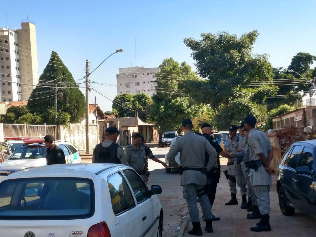 Policiais receberam um chamado sobre o arrombamento no Jardim América | Foto: Junior Kamenach / Folha Z