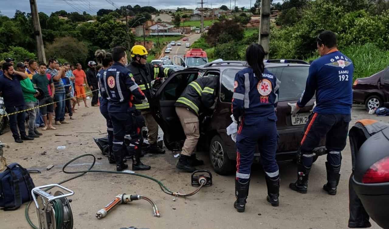 Peças dos carros envolvidos no acidente tiveram que ser cortadas para retirar os acidentados dos veículos | Foto: Corpo de Bombeiros Aparecida