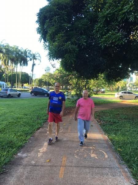 Em Brasília, deputado goiano acorda todos os dias às 5h45 para caminhar. Nas fotos, também aparece o assessor Ronaldo Coelho   Foto: Divulgação