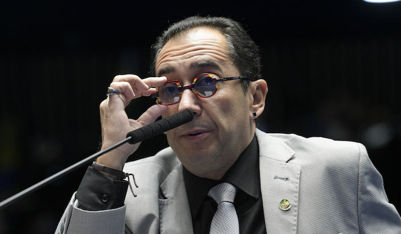 Kajuru anda com caneta e óculos de espião dentro do Congresso Federal | Foto: Pedro França / Agência Senado