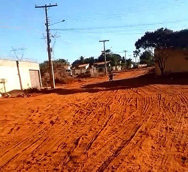 Vídeo gravado na Rua das Seringueiras, no Retiro dos Bosques, mostra poeira devido à falta de asfalto no setor | Foto: Leitor / Folha Z