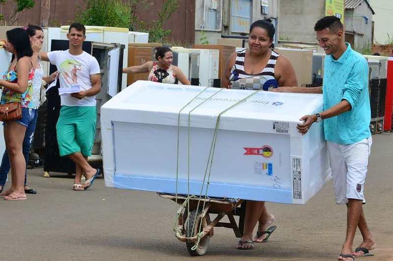 Após cadastro junto à Enel, moradores de Aparecida participarão de sorteio para garantir a troca de geladeira | Foto: Alex Malheiros