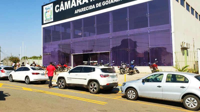 Vereador bloqueia rampa para deficientes com carro na Câmara de Aparecida | Foto: Folha Z