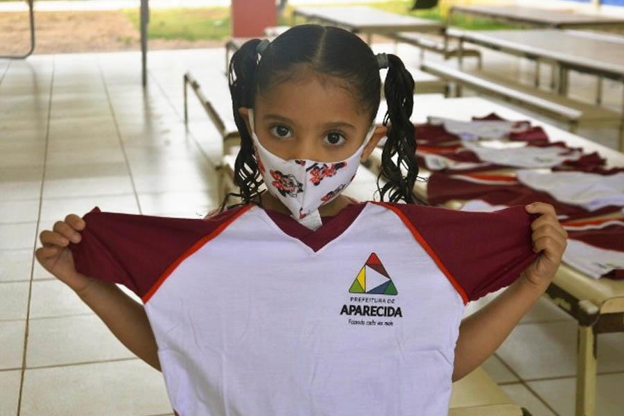Prefeitura de Aparecida distribuiu uniformes para alunos da rede municipal em junho visando a possibilidade de retorno das aulas presenciais a partir do segundo semestre | Foto: Claudivino Antunes