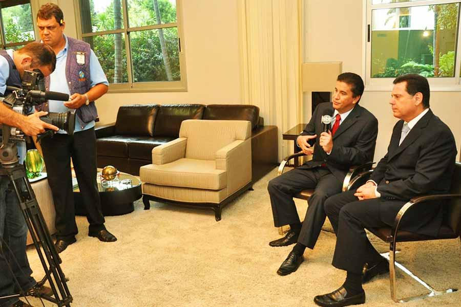Jordevá em entrevista ao então governador Marconi Perillo   Foto: Reprodução