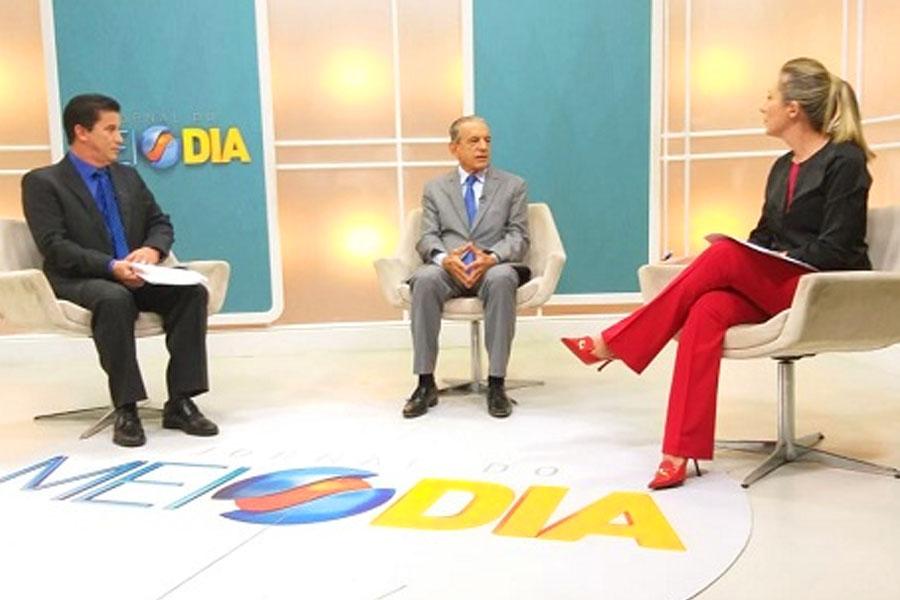 Jordevá e a colega de bancada Luciana Finholdt entrevistam o prefeito de Goiânia Iris Rezende   Foto: Reprodução