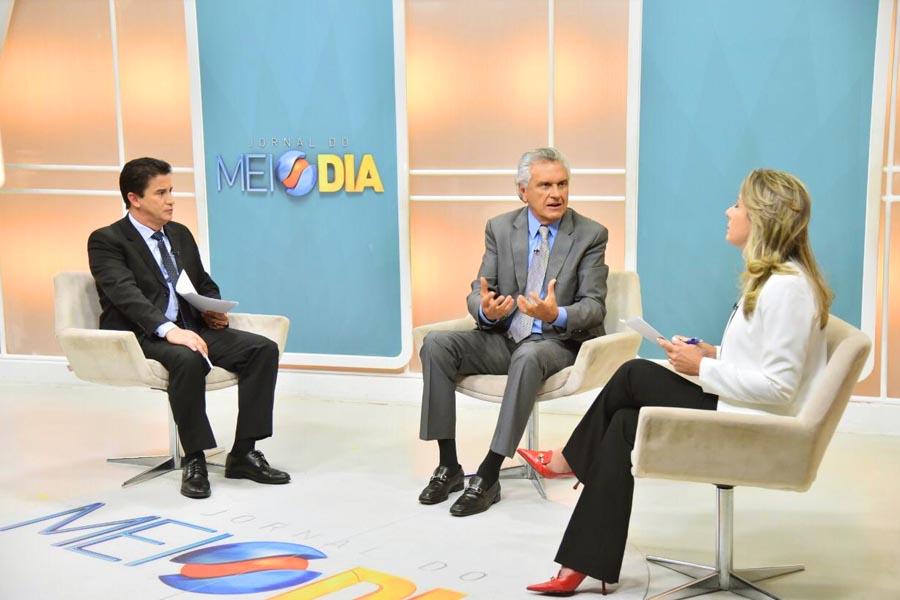 Jordevá e Luciana entrevistam o governador Ronaldo Caiado   Foto: Reprodução