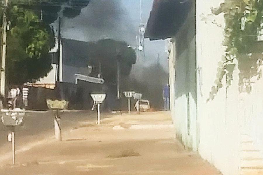 Carro fica destruído após pegar fogo na Cidade Livre | Foto: Reprodução