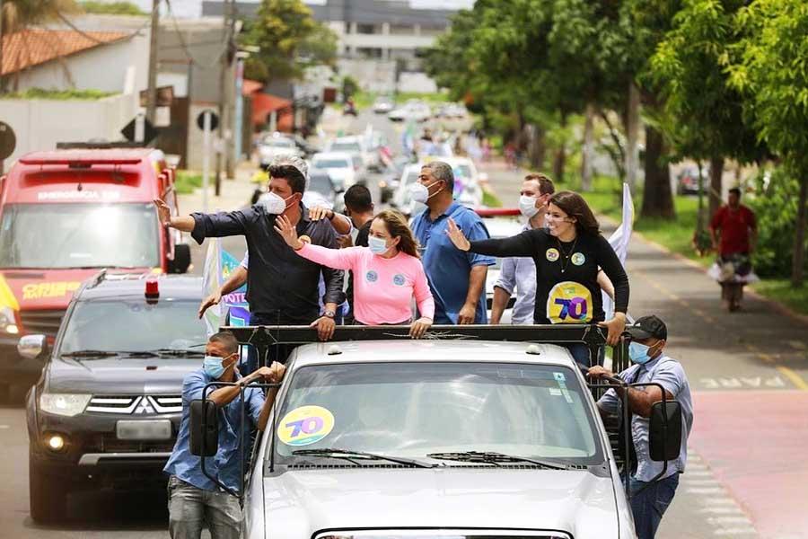 No domingo (8), a candidata Márcia Caldas (Avante) e sua vice, Carol Araújo (DEM), percorrerama região do Garavelo, passando pela Avenida Igualdade, ao lado dogovernador Ronaldo Caiado (DEM) e do deputado federal Glaustin da Fokus (PSC) | Foto: Reprodução