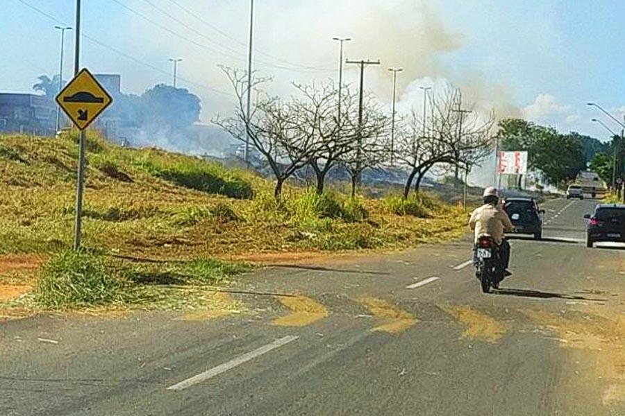 Queimada em lote em Aparecida de Goiânia gera multa   Foto: Divulgação/ Secom
